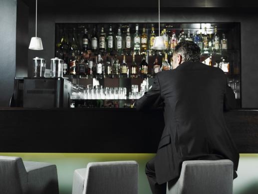 Alkoholik w białym kołnierzyku  - foto