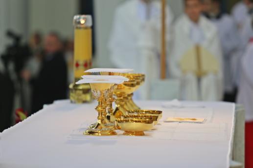 Zarządzenie księży biskupów wydane w związku z instrukcją świętej kongregacji obrzędów o kulcie tajemnicy eucharystycznej EUCHARISTICUM MYSTERIUM - foto