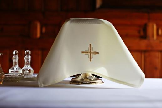 Instrukcja kongregacji kultu bożego o rewizji kalendarzy partykularnych oraz własnych formularzy oficjów i Mszy - foto