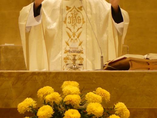 Msza św. rozpoczyna się znakiem krzyża - foto